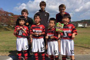 ドイツ人大学生と子どもたちは、言葉は通じなくとも、ボールを通じて心を通わせました。