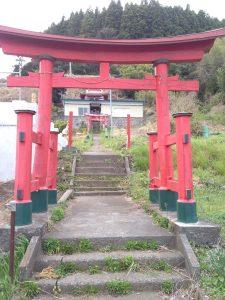 岩手県沿岸部のある氏神を祀る神社。氏子が集う集会所も見える。大津波に襲われながらも、沿岸部の神社の本殿はほとんど無傷で生き残っている。