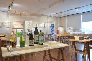 いいたてミュージアム。入り口には、村の日本酒、そば焼酎が並ぶ