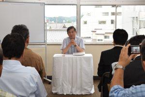 秒刻みの日程の中、講演する菅野村長
