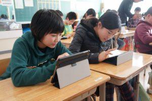 「スタディサプリ」に取り組む大川目小学校の6年生。タブレット学習という新鮮な体験によりモチベーションも上がっているという