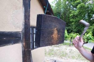 民家園に置かれている「板木」。木槌で板を叩くと音が響くので、火事等の危険を知らせたり、玄関に置いて来客を知らせる為に使われたりしていました。