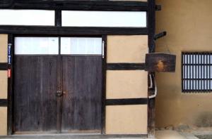 民家の玄関に吊るされた板木。大切なことを知らせる伝達手段だった板木のように、安齋さんも古き良き文化を伝え続けていきます。