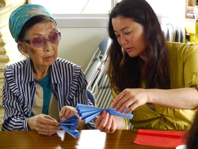 仮設のお母さんと一緒に飾りをつくる鹿島さん