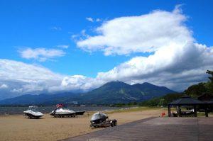 野外音楽堂のある天神浜オートキャンプ場。山と湖を望み、雄大な自然を感じることのできる場所です。
