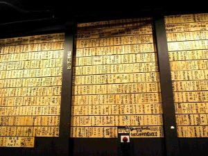 左右の壁にびっしりと貼られた木札。1枚1枚に、支援者の想いが詰まっています。