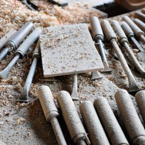 (職人の手作業で一つずつ丁寧に挽いていきます。乾燥→粗挽き→乾燥→仕上げ挽きと2回目の乾燥まで2ヶ月程の時間をかけて変形しにくい器に仕上げます)