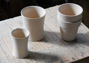 (削り出し後、乾燥中の器 左からTsubaki_liquer cup、Tsubaki_tea cup、Obi_cup。Obiシリーズはスタッキングが可能です。)