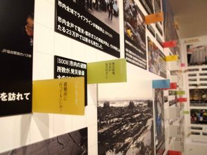 壁一面の写真、記事がすべてマグネットになっています。