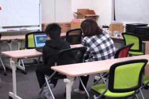 子どもたちの興味に合わせて、本を読んだり、映像を見たり。いつ来てもスタッフがいるので、子どもたちが一人になることはない。