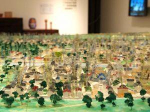 荒浜の町の模型は、神戸大学のみなさんを中心に地元の方々の元へ持参して細かいところまで再現したもの。住んでいた家や、思い出の場所にはコメントが書き込まれています。