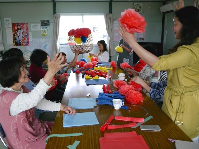 中津山仮設住宅の集会所での七夕飾り作りの様子。色柄を決めているところ