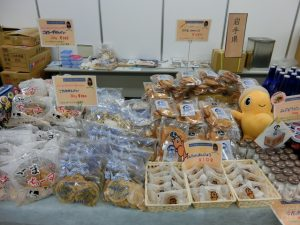 高校生たちが選んだ久慈・野田の名産品を手作りのPOPを使って陳列