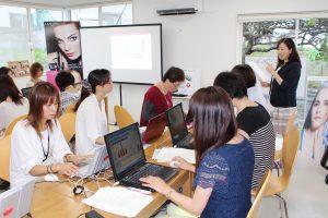 パソコンを使ったホームページ制作などの講座には東京から専門家を招聘(写真提供=同)