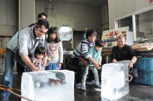 市民が企画する「ちょいのぞき気仙沼」では様々な体験ツアーを実施(写真=製氷工場での1コマ。リアスPF提供)