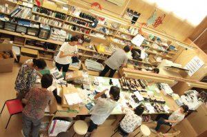 アトリエの内部。定期的に集まり、全員で作り方を確認したり、できあがった商品を検品したりする。