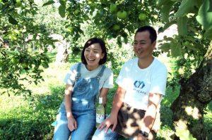 お話を伺った及川ご夫妻。りんご園にベンチを運んで、わが子のようなりんごたちに囲まれてのインタビューでした。