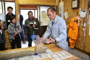 中央森林組合都路事業所では、木材の線量を計測している。